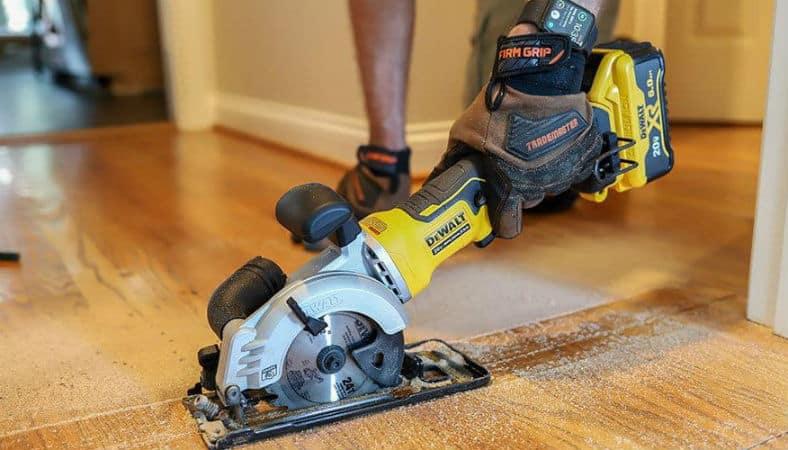 cutting-with-mini-circular-saw